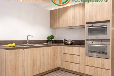 Lắp đặt tủ bếp nhựa cao cấp màu vân gỗ ...